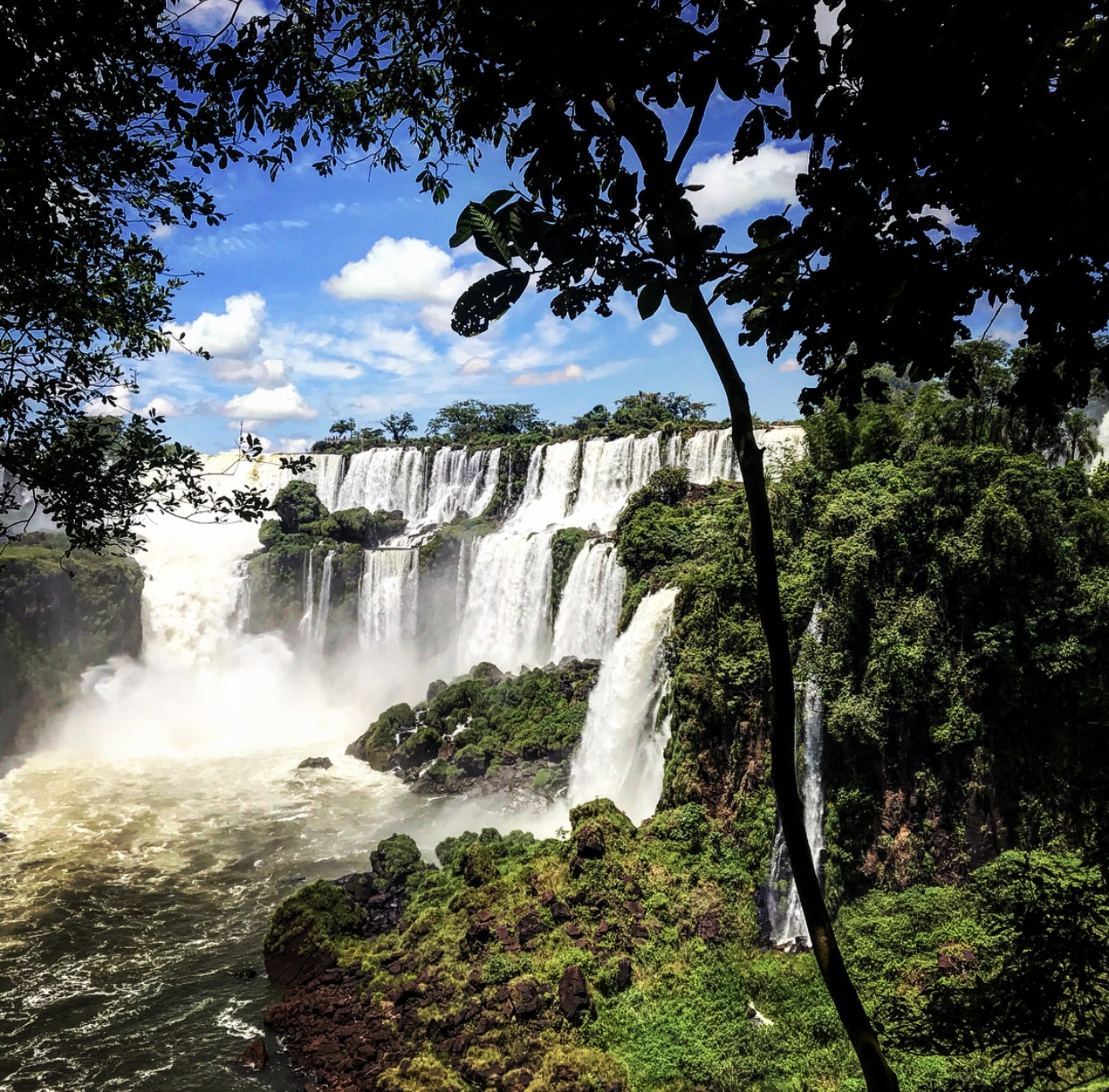 Une partie des chutes d'Iguazu qui font 3 km de long sur la frontière du Brésil et de l'Argentine